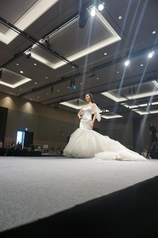 大华学校化妆班学员为婚纱发布会造型